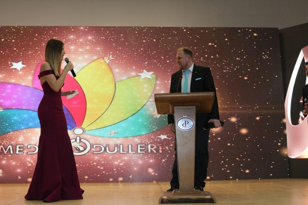 Serbay Interactive Kurucu ortağı Görkem Özdemir, En İyi Vine Fenomeni Aykut Elmas'a ödülünü takdim etti.