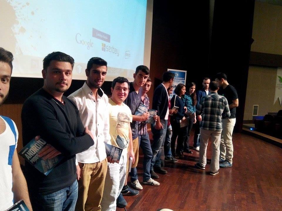 Konferansa katılım sağlayan öğrencilere konuşmacı Muharrem Taç'ın Android Programlama kitabını hediye ettik.