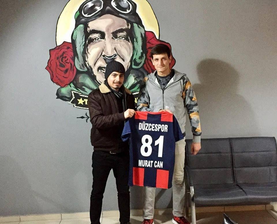 Düzcespor - Sultanbeyli Bld. maçının skor tahmini yarışmasının kazananı Murat'a formasını teslim ettik. Tebrikler Murat!